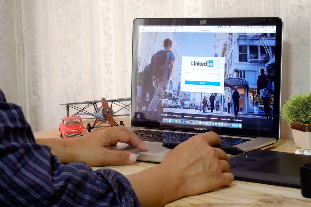 mężczyzna ogłąda profil linkedIn na komputerze