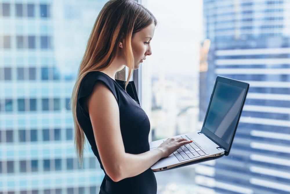 kobieta z komputerem
