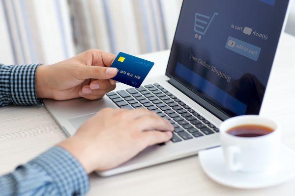 komputer i karta płatnicza