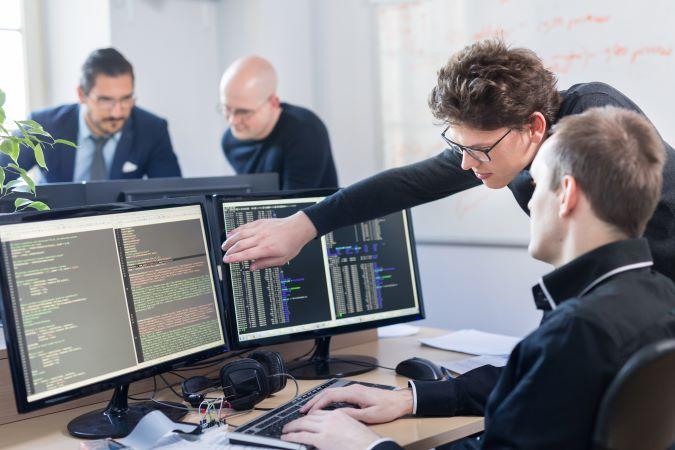 mężczyźni przy komputerach